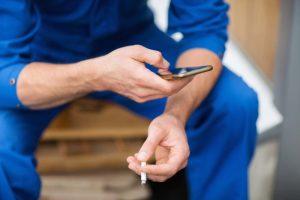 fumeur pause cigarette ouvrier